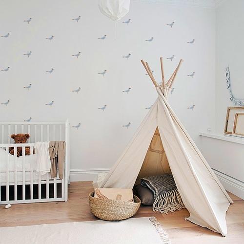 Mosaïque de stickers mouette pour enfant mis en ambiance sur le mur clair d'une chambre pour bébé
