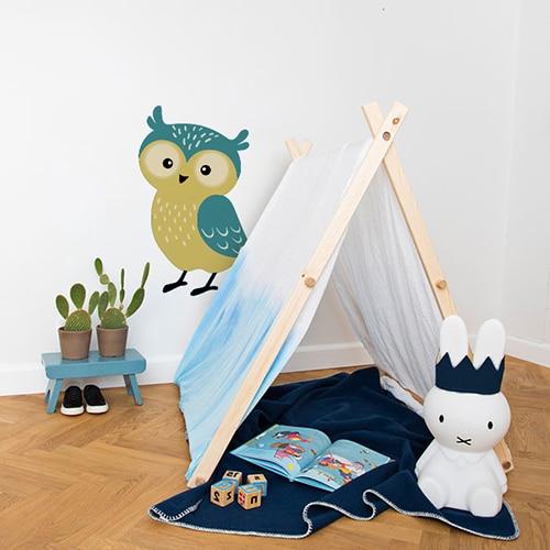 Sticker Hibou vert et jaune pour enfants mis en ambiance dans une chambre pour enfant équipée d'une mini tente