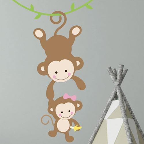 sticker mural deco bebe et maman singe pour enfant fille mis en ambiance sur un mur gris foncé