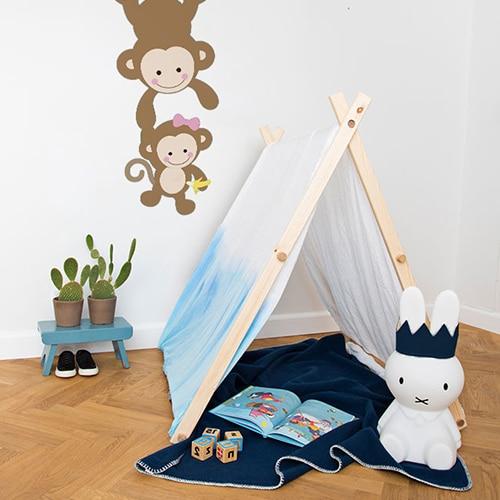 sticker deco bebe et maman singe pour enfant fille mis en ambiance sur un mur blanc