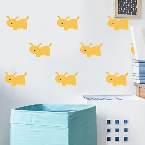 Moïsaique de stickers dessin chien Jaune pour enfants sur mur clair