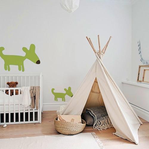 Stickers muraux dessin chien vert pour enfants mis en ambiance sur un mur clair