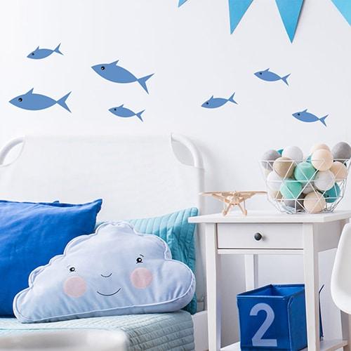 Sticker Poisson Bleu enfants mis en ambiance fond mural blanc