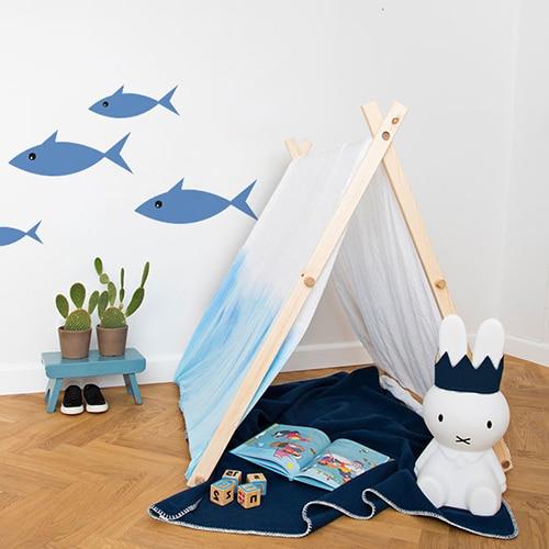 Sticker Poisson Bleu pour enfants mis en ambiance dans une chambre aux murs blancs