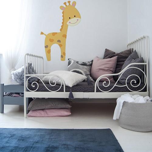 Sticker Girafe pour enfant sur fond mural clair