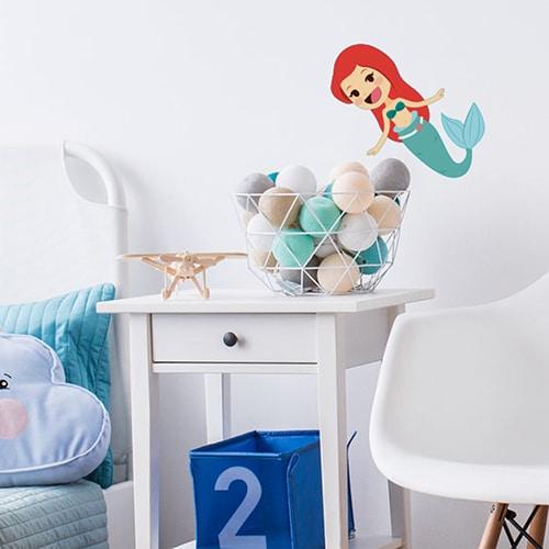 Sticker Petite Sirène enfants mis en ambiance dans chambre pour enfant avec murs blancs