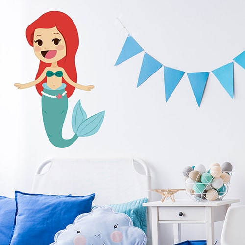 Sticker Petite Sirène enfants mis en ambiance sur mur blanc et déco bleue