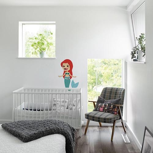 Sticker Petite Sirène enfants mis en ambiance sur mur blanc derrière le berceau