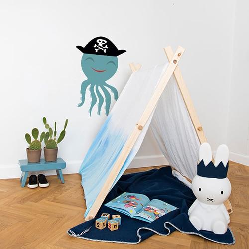 Sticker Pieuvre Pirate enfants sur mur blanc derrière une mini tente pour enfant