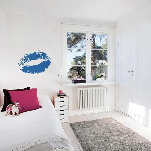 Sticker Baiser bleu foncé mis en ambiance sur mur clair