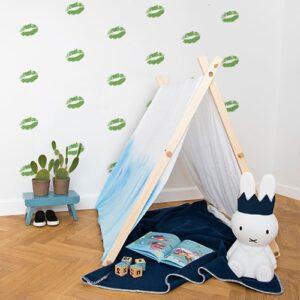 Stickers baisers verts sur mur blanc derrière une mini tente pour enfants