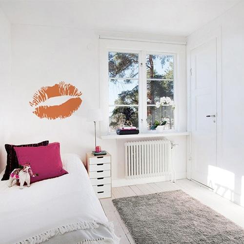 Sticker Baiser orange mis en ambiance sur mur clair