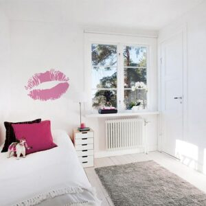 Sticker Baiser rose mis en ambiance sur mur clair