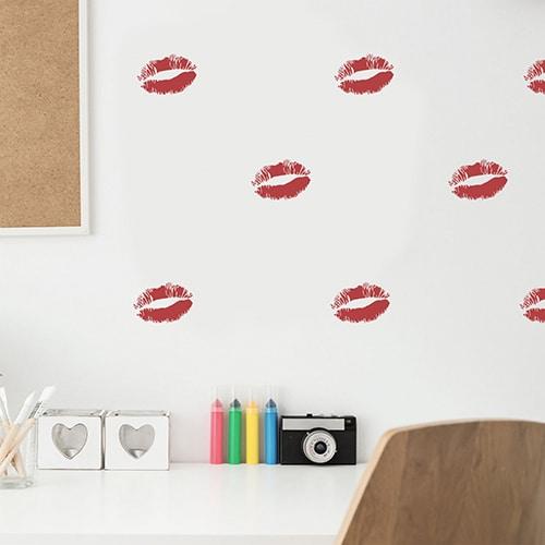 Stickers Baiser Rouge mis en ambiance sur mur blanc