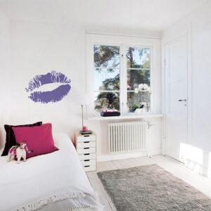 Sticker Baiser violet mis en ambiance sur mur clair