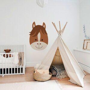 Sticker Tête de Cheval enfants mis en ambiance sur mur blanc derrière un tipi pour enfant