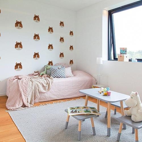 Mosaïque de stickers tete de cheval pour enfants sur le mur blanc d'une chambre pour enfant