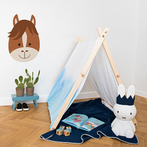 Sticker Tête de Cheval enfants mis en ambiance sur mur blanc derrière une mini tente pour enfants
