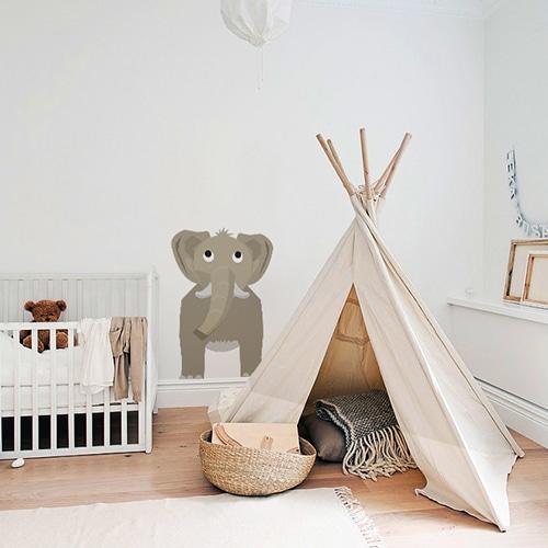 Sticker Éléphant enfants mis en ambiance sur mur clair derrière un tipi pour enfant