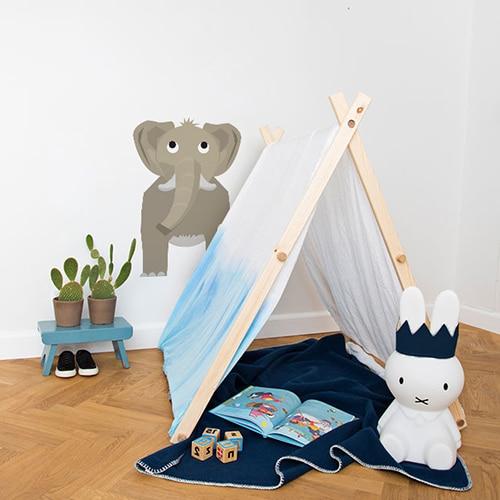 Sticker Éléphant enfants mis en ambiance sur mur blanc derrière une mini tente pour enfants