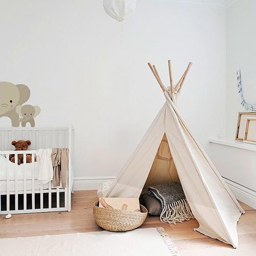 Sticker maman et bebe Éléphants pour enfants mis en ambiance sur le mur blanc d'une chambre pour bebe