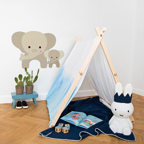 Sticker maman et bebe Éléphants pour enfants mis en ambiance sur le mur blanc d'une chambre pour enfant
