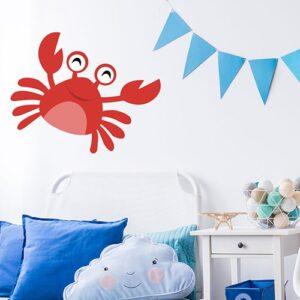 Sticker Crabe rouge enfants mis en ambiance sur le mur blanc d'une chambre pour enfants avec décorations bleues