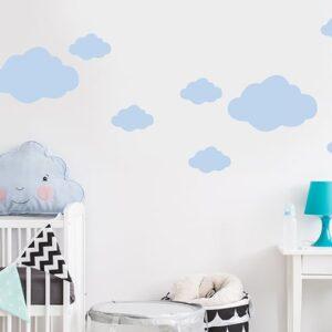 Sticker Nuage Bleu Clair enfants mis en ambiance sur un mur clair d'une chambre pour bébé