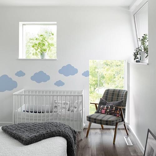 Sticker Nuage Bleu Clair enfants mis en ambiance dans une chambre pour bébé