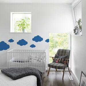 Stickers Nuages bleu foncé mis en ambiance dans une chambre pour bébé