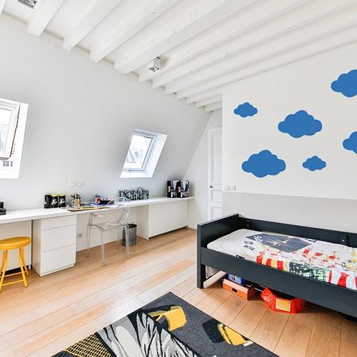 Stickers Nuages bleu foncé enfants mis en ambiance dans une chambre aux murs clairs