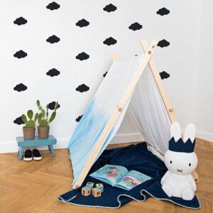 Sticker Nuage Noir enfants mis en ambiance dans une chambre d'enfants aux murs blancs