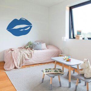 Sticker Bouche Bleue mis en ambiance sur mur clair dans une chambre d'enfants