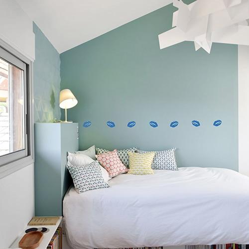 Bande de stickers bouches Bleues mis en ambiance sur mur clair