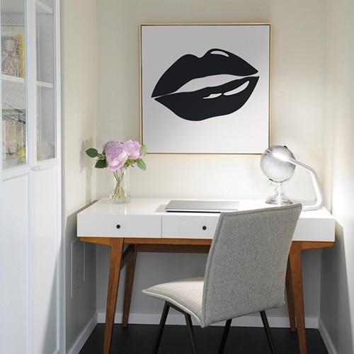 Sticker bouche Noire encadrée sur mur blanc