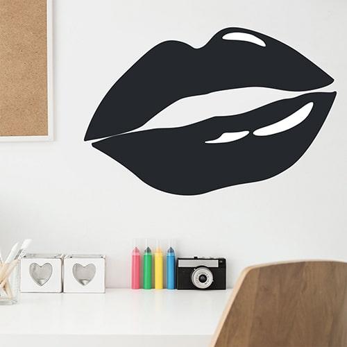 Sticker mural Bouche Noire mis en ambiance sur mur blanc