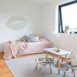 Sticker bouche Beige mis en ambiance sur un mur clair d'une chambre d'enfants