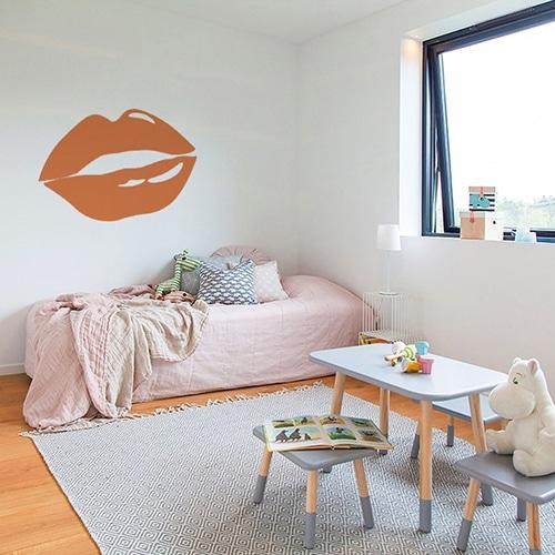 Sticker lèvres oranges mis en ambiance sur un mur clair d'une chambre d'enfants