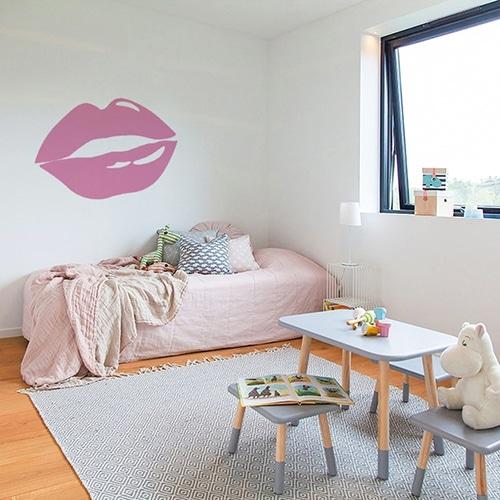 Sticker lèvres roses mis en ambiance sur un mur clair d'une chambre d'enfants