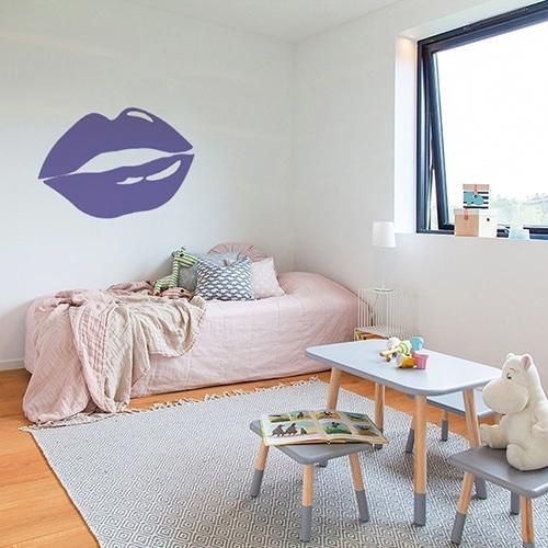 Sticker lèvres violettes mis en ambiance sur un mur clair d'une chambre d'enfants