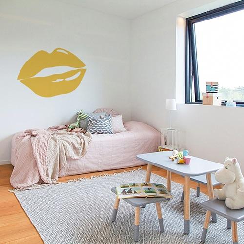 Sticker lèvres jaunes mis en ambiance sur un mur clair d'une chambre d'enfants