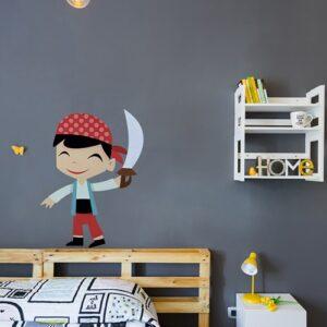 Sticker Pirate petit garçon souriant avec une épée mis en ambiance sur mur gris foncé