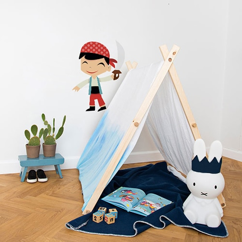 Sticker Pirate petit garçon souriant avec une épée mis en ambiance sur un mur blanc d'une chambre d'enfants