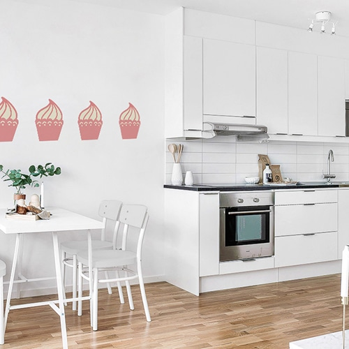 sticker bande de cupcakes roses pour enfant mis en ambiance sur un mur blanc d'une cuisine