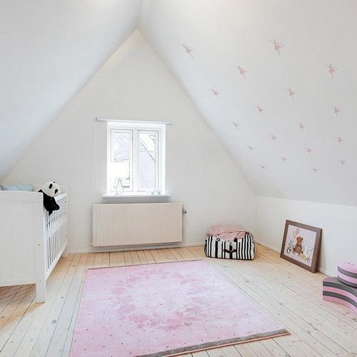mosaïque de stickers danseus roses mis en ambiance sur mur blanc d'une chambre d'enfants