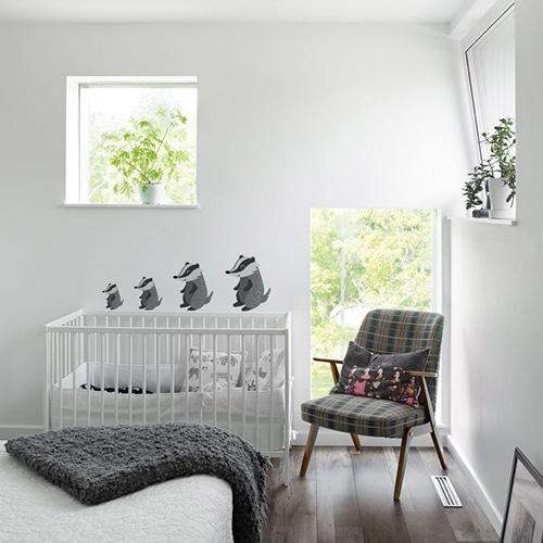 rangées de stickers muraux putois pour enfants du plus petit au plus grand mis en ambiance dans une chambre de bébé