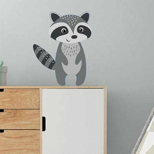 Sticker Raton Laveur pour enfants mis en ambiance sur mur gris au dessus d'une étagère
