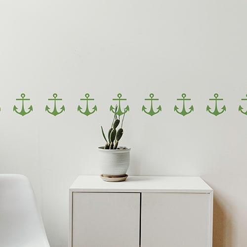 Séjour personnalisé avec une touche jungle grâce au sticker pour portes et placards motif lotus et feuille de monstera.
