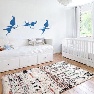 trois stickers muraux fées bleues mis en ambiance sur un mur blanc d'une chambre de bébé