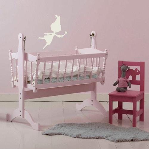 Sticker Fée beige pour enfants sur mur rose dans une chambre de bébé